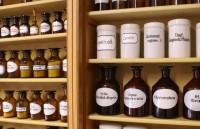 Regal einer Apotheke mit historischen Behältnissen